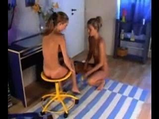 zwei schöne Lesben saugen und mit Dildo masturbieren