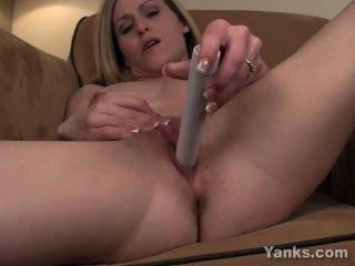 kleine breasted maddie vibrierende ihre Klitoris