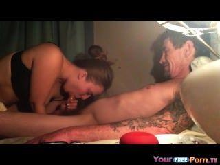 Papas Freund spritzt in meine Muschi