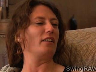 Brunette Hottie verbringt ihre erste Nacht in der Villa Swingern