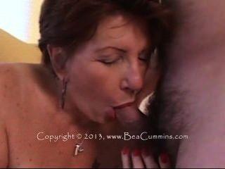 die alte Dame in einem Pelzmantel hat Sex mit einem jungen Liebhaber.