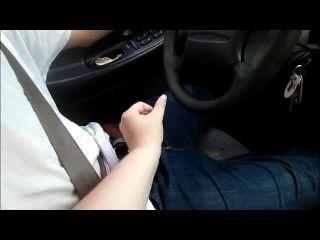 Mutter unterrichten zu fahren, während sie ihn aus Buchsen und machen ihn eine große Last cum