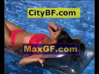 Entspannung im Pool auf einer Luftmatratze