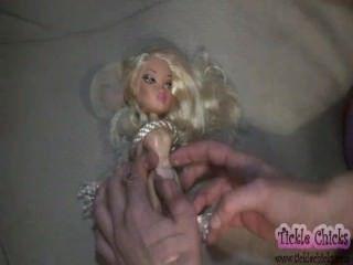 bella Puppe zu einem echten Kitzel Mädchen