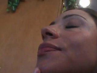 Hausfrau Ariella Ferrera