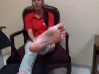 22yo latina ihre schöne Größe 8 Sohlen Fußfetisch zeigt