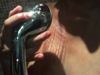 sexy Mädchen in der Dusche mit spearm spielen
