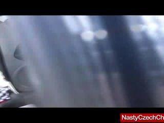 wirklich heiße Brünette Engel dunkel spielt in ihrem Auto mit silbernen Dildo