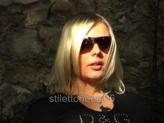 blonde Rauchen Fetisch in Lederstiefel 2