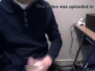danish Junge spielt Hahn im Computerraum