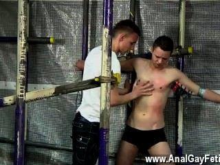 sexy Männer hat der Kerl es nehmen, wie Bier über ihn, straffe Heringe gegossen