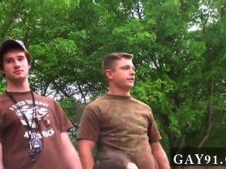 Homosexuell Orgie Dildo in den Arsch, masturbiert, während ein Pony Uhren ab und