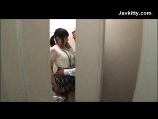 Büromädchen in Tokio saugt Hahn