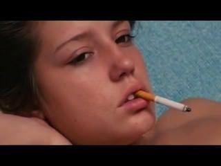nackt wenig Rauch Hure