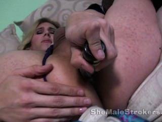 blonde Shemale Prinzessin mit riesigen Brustwarzen und einem Dildo in ihren Arsch