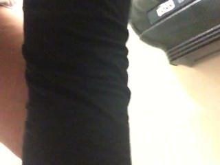 Frau bei der Arbeit in die Toilette pinkeln, nicht dieses Mal ihre Hose!