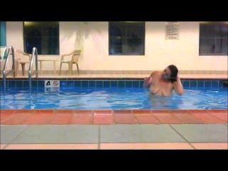 Rotschopf maddie schwimmt im Hotel Pool zeigt alle total nackt !!