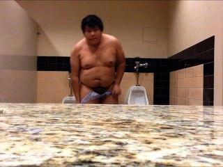 mollig Junge in öffentlichen Toilette völlig nackt