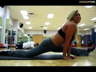 sexy Babe im Fitness-Studio zu blinken