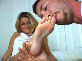 ihrer zierlichen Füße verehren
