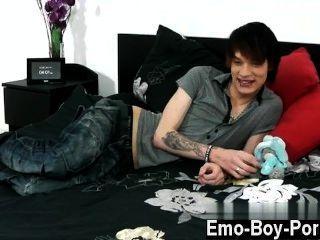 Homosexuell Jungs hot emo Kind lewis romeo ruft nach unten und schmutzig in seinem ersten