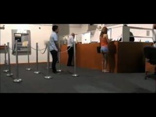 Mädchen wird bei einer Bank von Wache zu blinken gefangen