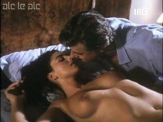 Monica Bellucci nackt auf dem Bett