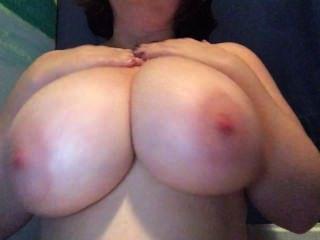 Reiben einige Lotion auf meine dicken Titten