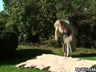 Frau bekommt verrückt, wenn sie im Garten verdammt gefunden