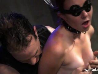 angekettet mit verbundenen Augen Slave gegeben Orgasmen mit Meister Sex-Spielzeug