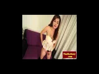 vollbusige thailand Ladyboy in Dessous spielt mit Schwanz