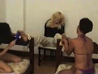 blonde barfuß Stuhl kitzelte 3