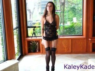 kaley Kade neckt mit einem sexy Strip Tanz in der Wäsche