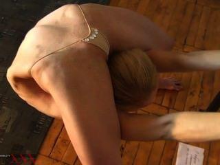 extreme erotische Verrenkung von tanya der Schlangenmensch