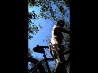 mtb Fahrt in den Büschen ich nackt ausgezogen und mein Fahrrad Sitz Buttfucked!