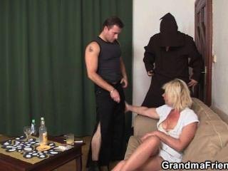 hot blonde Oma genießt zwei frische Schwänze