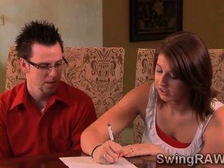 junges Paar singt mit einer xxx Realität von Swingern couplesi bis