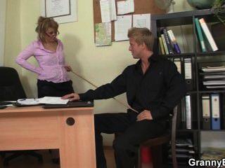sexy alte Frauen reitet seinen Schwanz im Büro