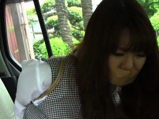 asiatische Frau gefesselt im Auto Teil einer