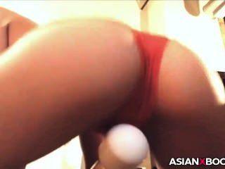 schöne asiatische Babe mit ihrem Spielzeug
