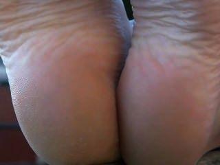 Französisch Öffentlichkeit barfuß Babe Fußsohlen Fußfetisch zeigt