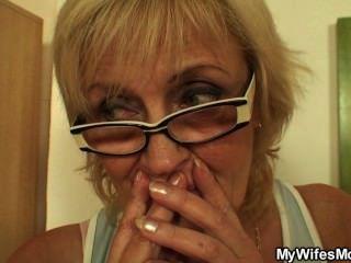 Ficken alte Mutter auf dem Tisch Inlaw