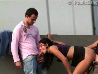 big tits Teenager-Mädchen in der Öffentlichkeit Straße Orgie mit zwei Jungs mit großen Schwänzen