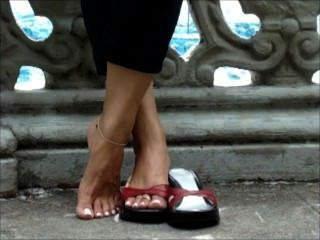 spielen mit Schuhen mit sexy langen Zehen