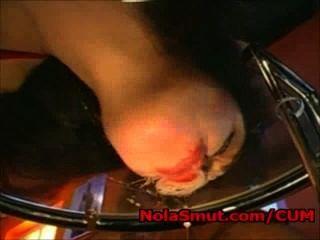 anita schwarz leckt Sperma aus einem Glastisch