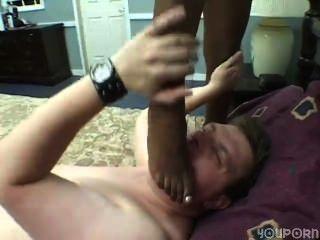 schwarze Füße spielen mit weißen Schwanz Teil 2 von 3
