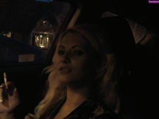 köstliches Mädchen Rauch im Auto, Teil1 nicht nackt (Teil2 in privat) - Raucher f