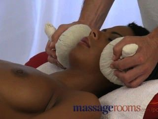 Massageräume natürliche Brust vor Mädchen geölt bekommen tief hart Pumpen