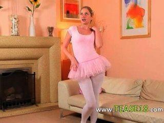 sexy Mutter in weißen Strumpfhosen posiert