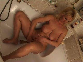 reifen Dildo blonde Fahrten in der Badewanne